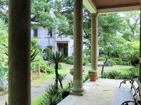ベンチと緑があるおしゃれなお庭が見えるテラス