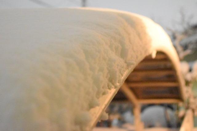 雪が大量に積もったカーポート