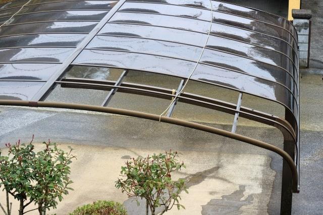 屋上から見た、台風で飛ばされたカーポート