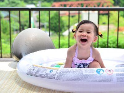 ウッドデッキに設置したプールで遊ぶ子供