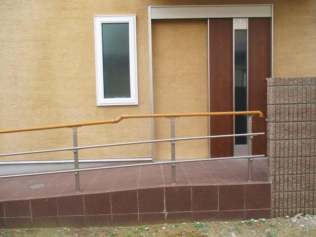玄関に繋がる手すり付きのスロープ