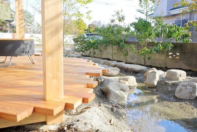 和風な庭池