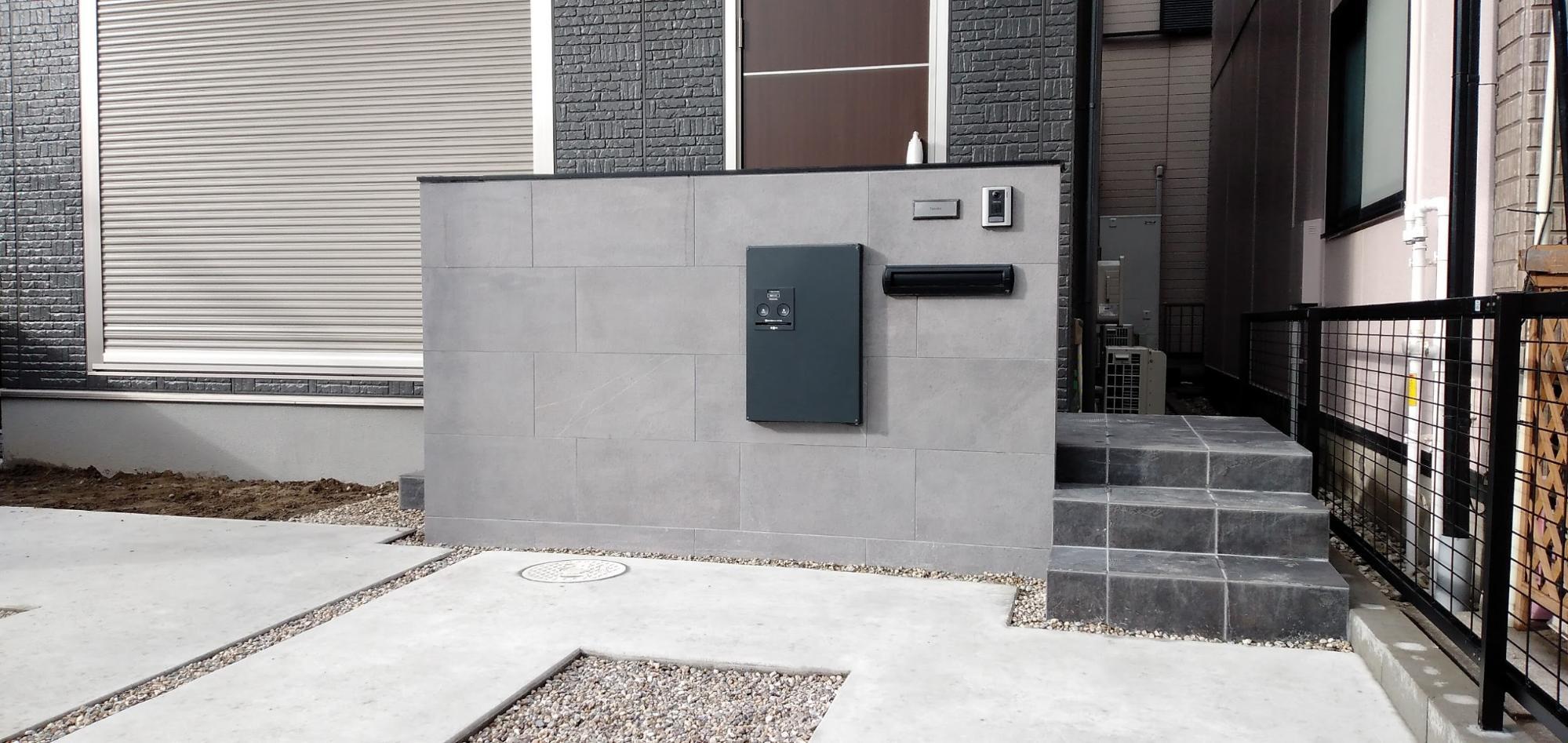 一宮市のシンプルモダンな駐車場や宅配ボックスがあるご自宅3